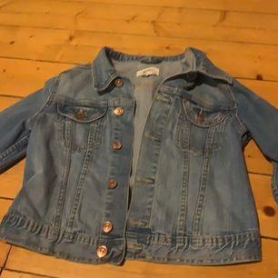 blå jeansjacka ifrån &Jacket i strl 36. aldrig använd