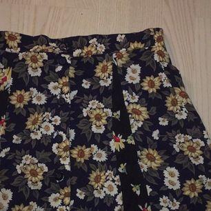 jättefin blommig kjol från beyond retro som tyvärr är för stor för mig. aldrig använd och storlek L. dock lätt att sy in men jag är inte så händig hehe HÖR AV ER VID FRÅGOR! först till kvarn och om fler vill ha blir det budgivning :)