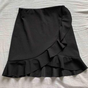 Säljer denna söta svarta kjolen med volang från Nelly, prislappen är kvar. *lånad bild⭐️⭐️⭐️⭐️⭐️⭐️⭐️⭐️ budet ligger på 200 + frakt! Kommer i fortsättningen skriva ledande bud i kommentarsfältet så håll utkik om ni är intresserade⭐️⭐️⭐️⭐️⭐️⭐️⭐️
