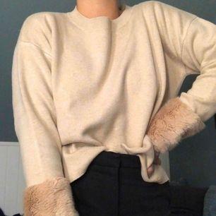 En mysig beige stickad tröja med fake-päls längst ner vid armslut från Lindex märke Holly & White. Sparsamt använd och i mycket gott skick. Den sitter lite oversize på mig🐻🐻