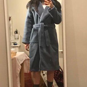 Vacker blå vinterkappa med konstgjord päls💙 från NA-KD, endast använd någon enstaka gång🧜🏼♀️ Frakten kan jag och köparen dela på 🥰