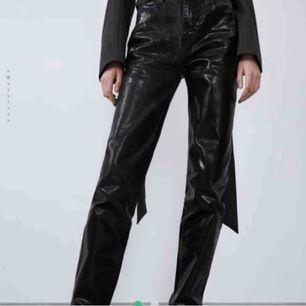 Populära svarta blanka jeans från Zara! Jeansen är helt slutsålda☺️ Skriv gärna vid frågor!