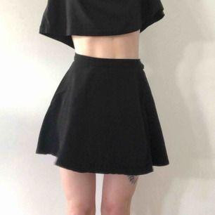 Kjort cirkelskuren svart jeanskjol från American Apparel. Längd: 40 cm  Betalning sker med Swish. Köparen står för frakt. Kan annars hämtas upp i Hökarängen.