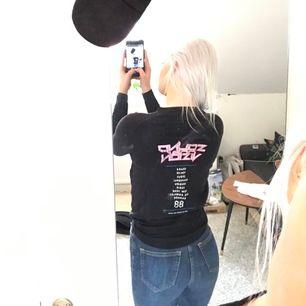 Tajt långärmad tröja från Carlings som har ett snyggt tryck i bak som jag själv tycker gör hela outfiten! Storleken är XS men passar även S