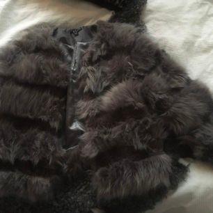 Säljer min fina fluffjacka, köpt i London för 1000kr, som endast är använd ett par ggr (då jag har för många jackor för att hinna använda alla).