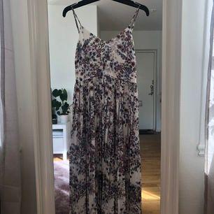 Världens finaste klänning som tyvärr aldrig blir till användning för mig :(( Köpt för ca 1.5 år sen på H&M Trend och passar som en 38. Snörning i ryggen så man kan reglera passformen runt brösten<3 ordinarie pris 699 (köpare står för frakt)💞