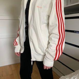Street stil, oversized tröja för tjejer passande jacka om du är kille. Jackan har dragkedjsfickor och är väldigt bekväm. Storlek M (killstorlek). Säljer för den bara är liggande