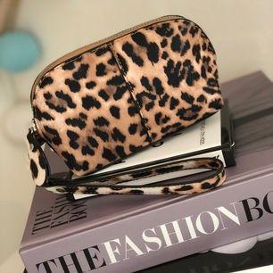 Liten men rymlig, snygg väska från Åhléns. I fake skinn med leopardtryck. Aldrig använd. Köparen står för frakt💕💕