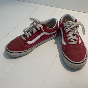 Skor från vans i storlek 37. Supersnygga skor som tyvärr har blivit för små. Använda men inte slitna utan bara lite smutsiga. Köpta för 700kr och säljs för 299kr😊