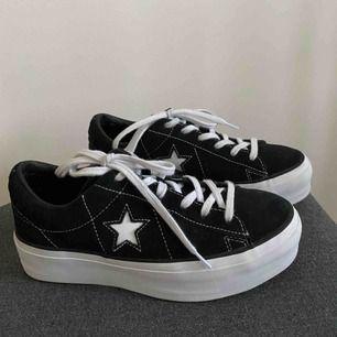 Säljer dessa svarta Converse One Star Platform sneakers (köpta för 899kr)🖤 De är riktigt snygga och endast använda 1-2 ggr. De är i strl 37 men är stora i storleken så jag skulle säga att det är strl 38😋Säljer dem eftersom de är för stora för mig⭐️
