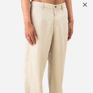 Ett par helt nya byxor från hope. (Färgen är lite mörkare än på bilderna) Ny pris ungefär 1500kr. Säljer byxorna eftersom jag ej kan lämna tillbaka. 10/10 inga flaws. Tagsen sitter kvar. 38 i dam storlek, 46 i herrstorlek