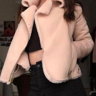 Säljer min fina River Island jacka som jag älskar men tyvär inte har fått använding av, den är så mjuk och len både på utsidan och insidan.😍 Har haft den i två år så finns ej att köpa hos dem längre! Nypris på ung. 1000kr.