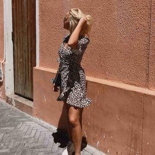 ❗️FRAKT INGÅR❗️En omlott klänning från Loavies, använd 1 gång (bilden). Storlek S.
