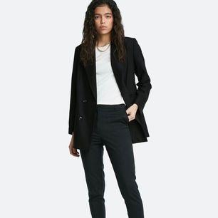 Ett par svarta kostymbyxor från bikbok. Säljer pågrund av att dom är alldeles för stora för mig. Endast använda enstaka gång. Storlek: 34 (minsta) Nypris: 400 säljer för 300 pris kan självklart diskuteras. Möts upp i Stockholm