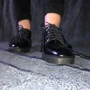Classy lackerade skor som är nästan helt oanvända med snörning och en liten klack!🤩✨✨