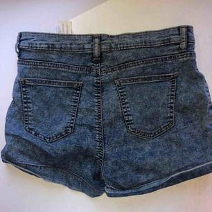 Högmidjade jeansshorts från Tally Weijl. Bra passform men tyvärr lite stora för mig. Dem är i storlek 42 men väldigt små i storleken, skulle säga att de motsvarar st 40/38