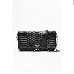 En svart ascool Zadig väska. Den är använd men inga större skador. Kedjan samt dragkedjan har tappat lite färg men inget man lägger större märke till.💕 ORD PRIS 360 DOLLAR!!!