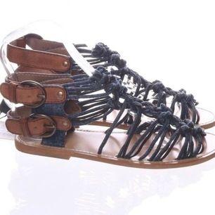 Jättefina Dolce & Gabbana sandaler storlek 37. Helt nya, aldrig använda. Jag köpte dem online och har tyvärr inte använt dem sedan köpet. Prislappen sitter fortfarande kvar.
