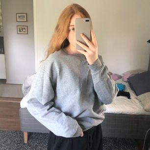 Använd ett fåtal gånger, skitmysig grå sweatshirt, storlek L och sitter lite oversize på mig som brukar ha M