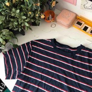 Gullig blå randig tröja från Urban outfitters ! Nypris: 349 och mycket bra skick 💕💕 basic men clean ! Storlek M (man) men passar större / mindre