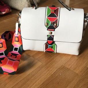 Vit studded handväska med rolig design. Ingen skada, bara använts en gång.