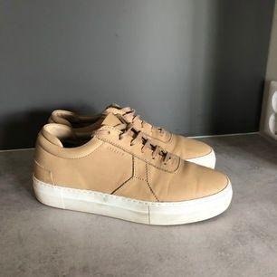 Väldigt sparsamt använda beiga skor från Axel Arigato i skinn. Säljer för 500kr
