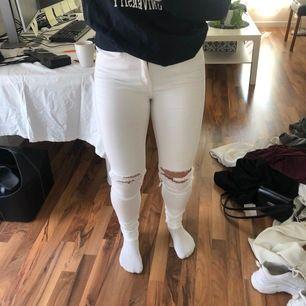 Vita jeans med hål, storlek L men passar dem som har storlek 38🤍köparen står för frakten