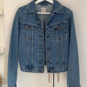 Lee jeansjacka st: S                                              Snygg oanvänd jeansjacka, den sitter tajt och passar på i storleken.