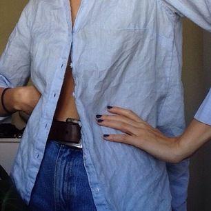 Ljusblå snygg skjorta i storlek XS. Passar fint nu till sommaren. Köpare står för frakt