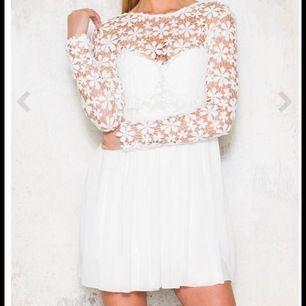 säljer denna fina klänning från dennismaglic. Endast  använd en gång. säljer då den inte passar mig. stl xs