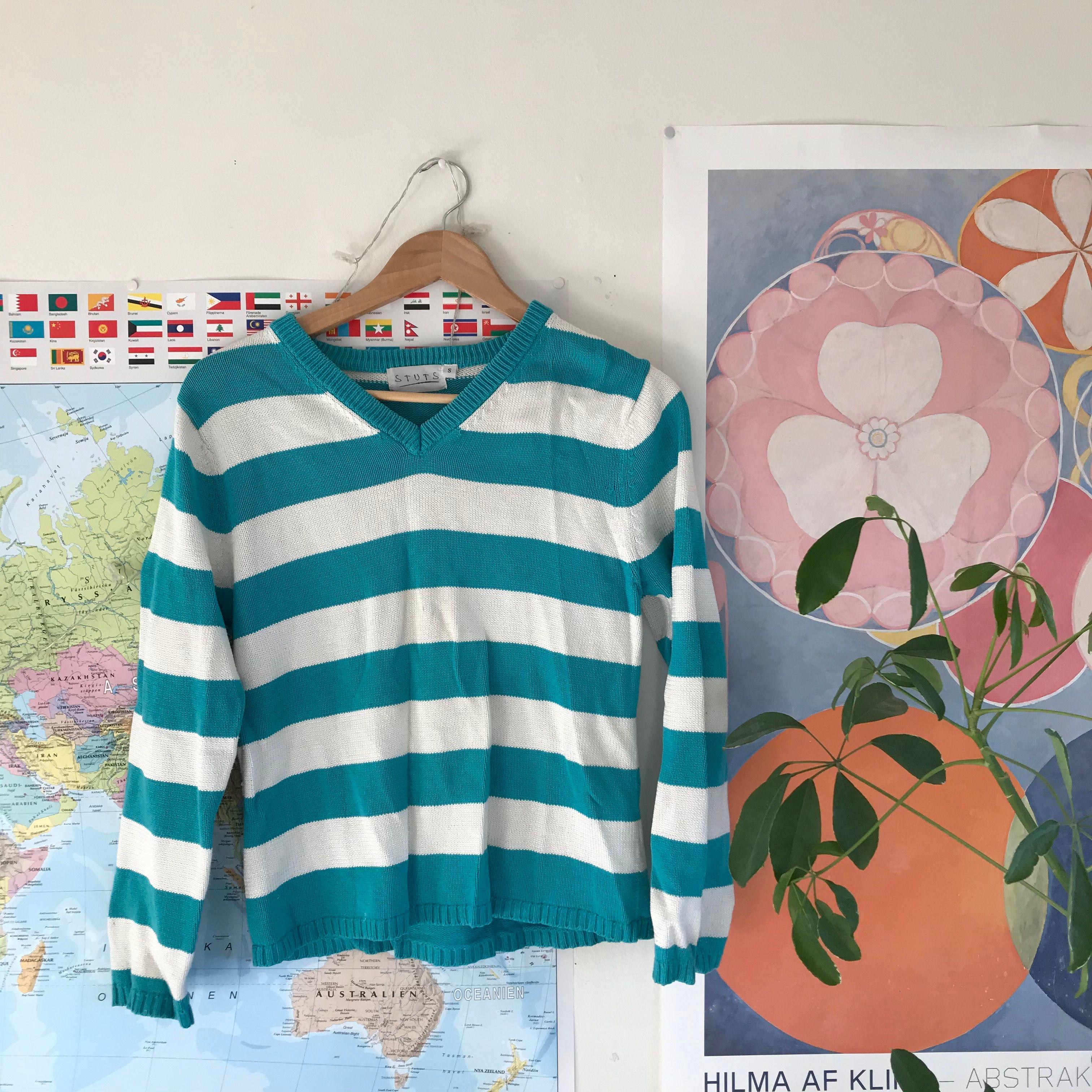 V-ringad blårandig tröja från stuts!! Priset är inklusive frakt 🥰. Tröjor & Koftor.
