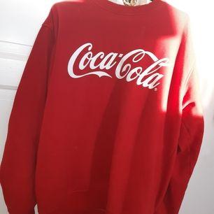 Säljer min supercoola Coca Cola sweatshirt i strl S/M. Kan mötas upp i Uppsala annars står köparen för frakt.🥰