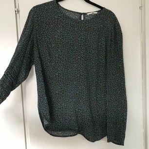 Säljer den här coola blusen. Grön i grunden med bl.a. gult tryck. Skön och luftig. Från H&M