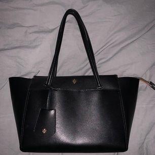 Läder Axelväska med guld detaljer, svart. Aldrig använd, väskpåse finns kvar från köpet! Superbra skick!!