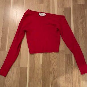 Röd One shoulder Cropped knit topp från Hannalicious x NA-KD. Säljaren står för frakt
