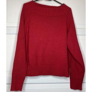 """superfin röd långärmad tröja! kan bäras off-shoulder eller """"vanligt"""". Är tjock & varm, så blir en riktig favvis på höst & vinter! {Köpare står för frakt eller hämtar i Upplands Väsby!}"""