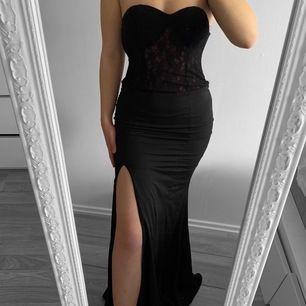 Svart axelbandslös klänning från MW storlek XS i fint skick.   Möts upp i Stockholm eller fraktar.  Frakt kostar 59kr extra, postar med videobevis/bildbevis. Jag garanterar en snabb pålitlig affär!✨