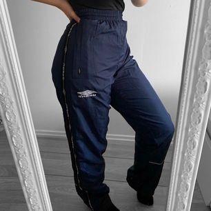 Mörkblå byxor från Umbro storlek S (stora i storleken) fint skick. Finns snören så man kan knyta dem.  Möts upp i Stockholm eller fraktar.  Frakt kostar 59kr extra, postar med videobevis/bildbevis. Jag garanterar en snabb pålitlig affär!✨