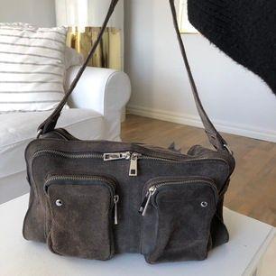 Säljer nu min jättefina grå Alimakka mocka väska från Nunoo då jag tyvärr ej får användning av den längre! Den passar till det mesta och är perfekt skolväska! 😃 Org pris 1600kr