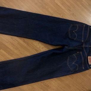 Nästan helt oanvända mörkblåa Levis jeans, som är lite utsvängda🦋💓 Nypris:600kr