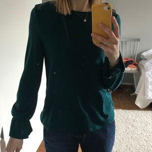 Fin och skön tröja med volangarm från esprit. Svårt att fånga färgen på bild, men den är så fin! En djupare grön. Endast använd ett fåtal gånger.