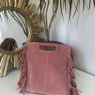 Helt ny Maje väska i rosa mocka, prislappen kvar och axelbandet fortfarande inpackat. Jättefin rosa färg perfekt till sommaren! Är i den vanliga M storleken.