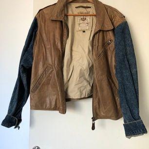 Denna jacka köpte jag på loppis i Nice, så den lever runt hela världen. Den är i bra skick eftersom att den är stadigt jeanstyg och bra skinn. Står XL men känns lite mer som en L