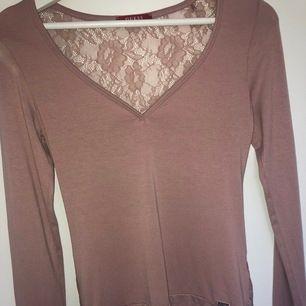 Söt ljusrosa tröja från Guess 💕   använd Max 3 ggr   har see through spets på hela ryggen🤩   Eventuell frakt på 44kr tillkommer