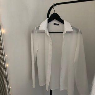 vit skjorta från boohoo, aldrig använd