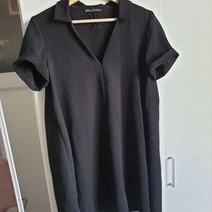 Klänning från Zara i storlek M, möjligt lite liten i storleken. Sparsamt använd. Har sprättat upp sömmarna vid ärmen så att man även kan ha dom nedvikta. 100% polyester. Frakt tillkommer