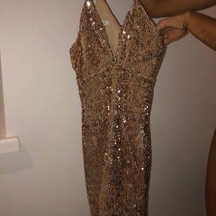 Glittrig klänning som är oanvänd