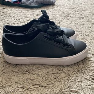 Skor från PULL&BEAR FOOTWEAR i storlek 39, väldigt fint skick, lite smutsiga på det vita men går bra att tvätta. Frakt tillkommer 😇💜