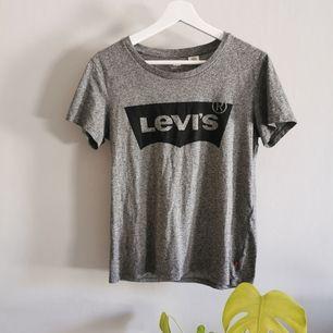 Grå Levis tshirt, knappt använd. Köparen står för frakt.