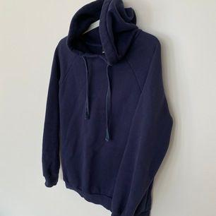 Snygg mörkblå hoodie. (Ser lila ut på bild men den är mörkblå). Storlek XS men passar S-M. Frakt: 60kr.
